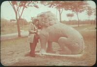 Hiller 09-062 : Woman with sitting lion statue on Elephant Road in Ming Xiaoling Mausoleum